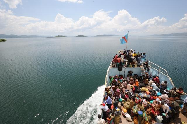Boat on Lake Kivu (CC-BY-SA 2.0 by Julien Harneis)